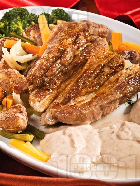Свинско печено с кестени и броколи на фурна - снимка на рецептата